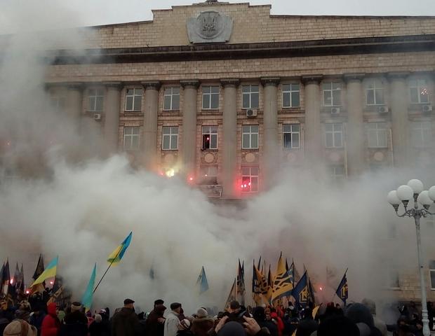 «Азов» жег файеры вмногоэтажном здании Черкасской ОГА